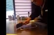 Ένας σεφ κάνει κόλπα με ένα αυγό