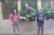 Γυναίκα ποζάρει για φωτογραφία δίπλα από ένα δεινόσαυρο