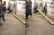 Άνδρας προσπαθεί να μεταφέρει μεταλλικό δοκάρι με το μετρό