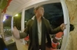 Άνδρας νομίζει ότι χορεύει μπροστά στο σπίτι του φίλου του