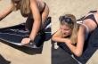 Μια προικισμένη γυναίκα βολεύεται στην άμμο